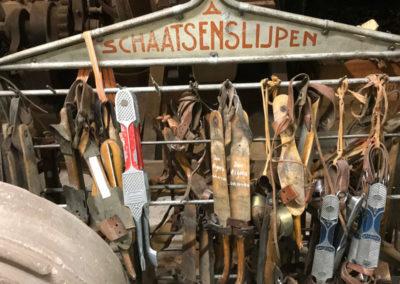 Foto met oude schaatsen naast een slijptol
